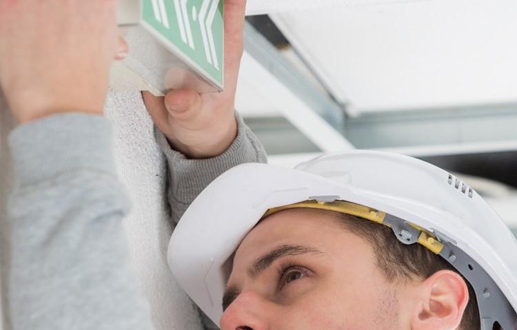 Expert installeert noodverlichting